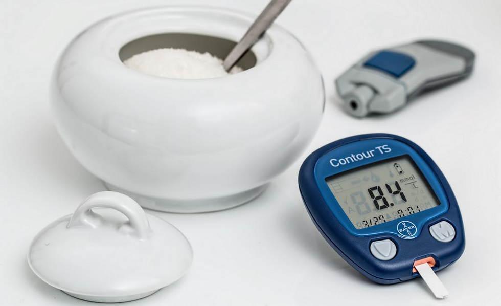 Банка с сахаром и глюкометр