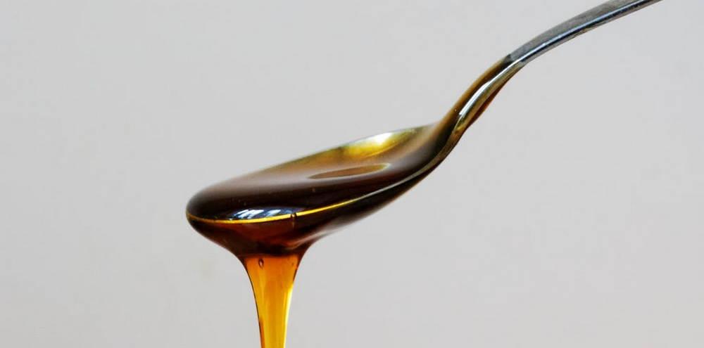 мед стекает с чайной ложки