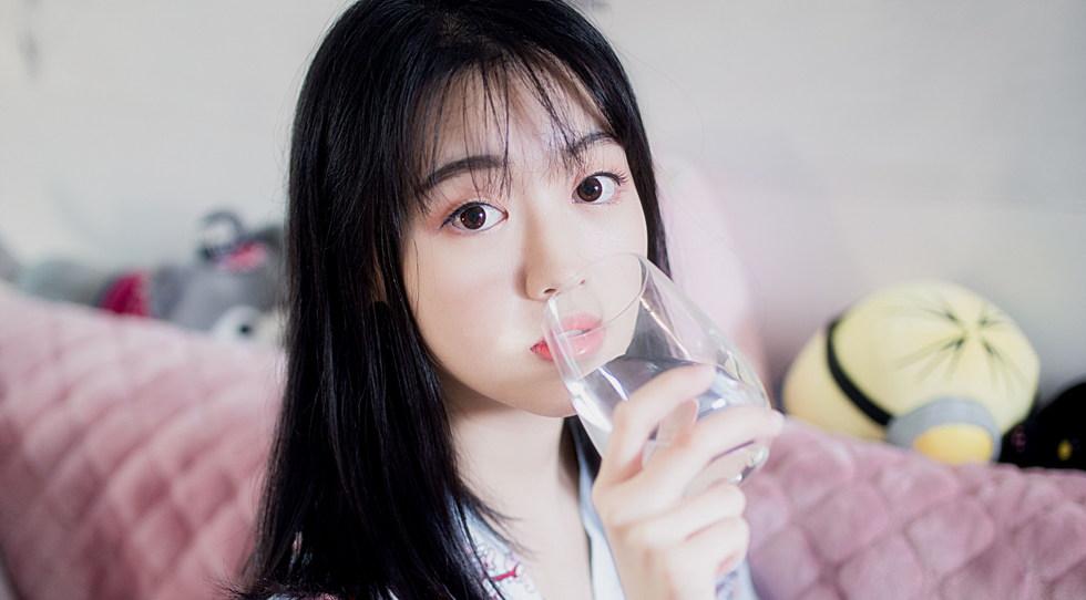 женщина пьет воду из стакана