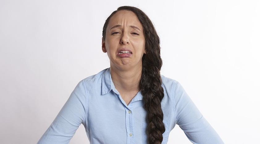 Женщина страдает от запора