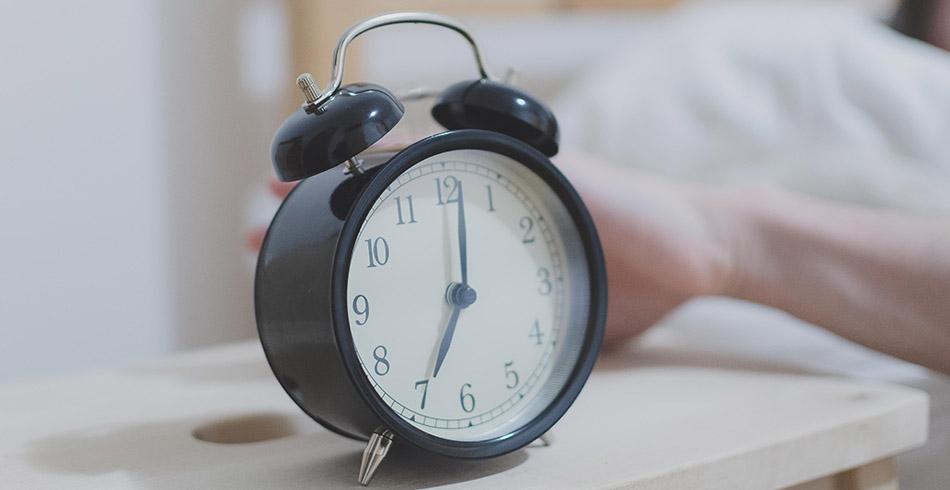 Будильник показывает семь часов